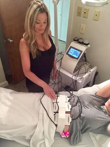 Customer using 6 in 1 Lipo Laser which be used for at home cavitation