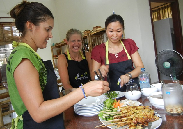 hoi-an-cooking-serving