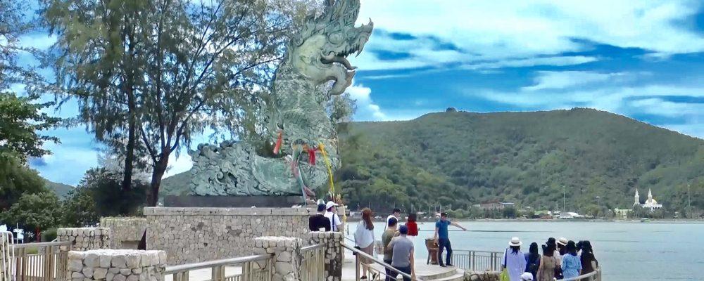"""นักท่องเที่ยวชาวมาเลเซีย ร่วมถ่ายภาพกับประติมากรรม """"พญานาคพ่นน้ำ"""" สัญลักษณ์ของแหลมสนอ่อน จังหวัดสงขลา"""
