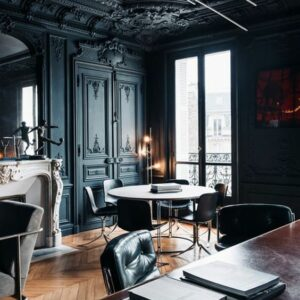 chic-vintage-inspired-black-ceiling-molding