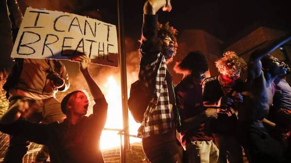 """Protestors demonstrate with an """"I can't breathe"""" sign at Minneapolis's 3rd Police Precinct. (Photo: AP.)"""