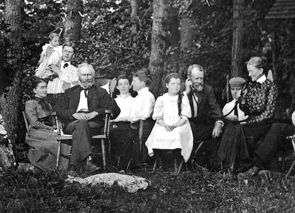 Grandma talking to Grandpa via ear trumpet, 1903. (Photo: Kim Vintage Stock/Corbis via Getty Images.)