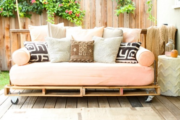 diy-pallet-outdoor-daybed-1