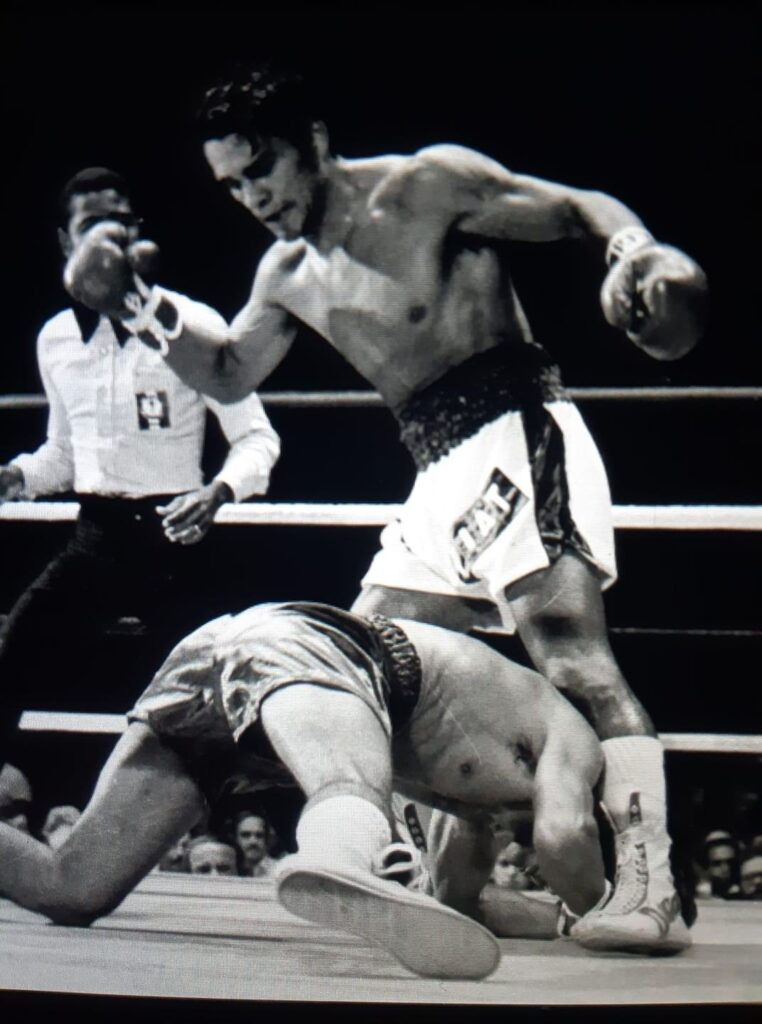 Roertio Duran in action as the Lightweight champion