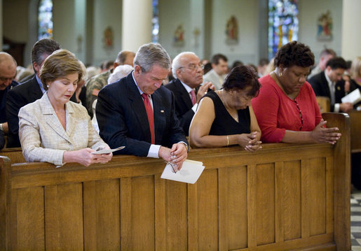 George_W__Bush_and_Laura_Bush_pray_at_New_Orleans'_St__Louis_Cathedral