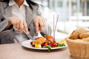 Woman-eating-at-restaurant_healthy