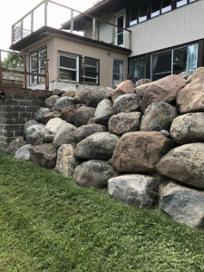 peterson-excavating-and-landscaping-duluth-minnesota-retaining-wall-using-large-boulders-2