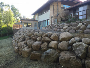peterson-excavating-and-landscaping-duluth-minnesota-retaining-wall-using-large-boulders-3