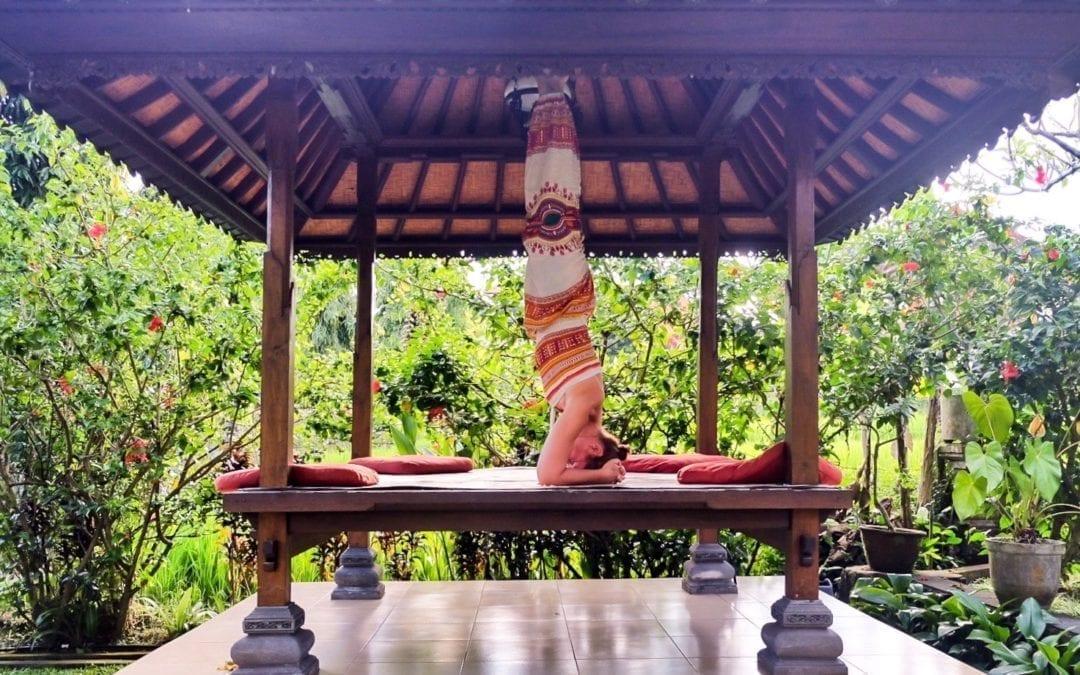 Lumière sur Shirshasana, shirshasana en yoga, la posture sur la tête en yoga
