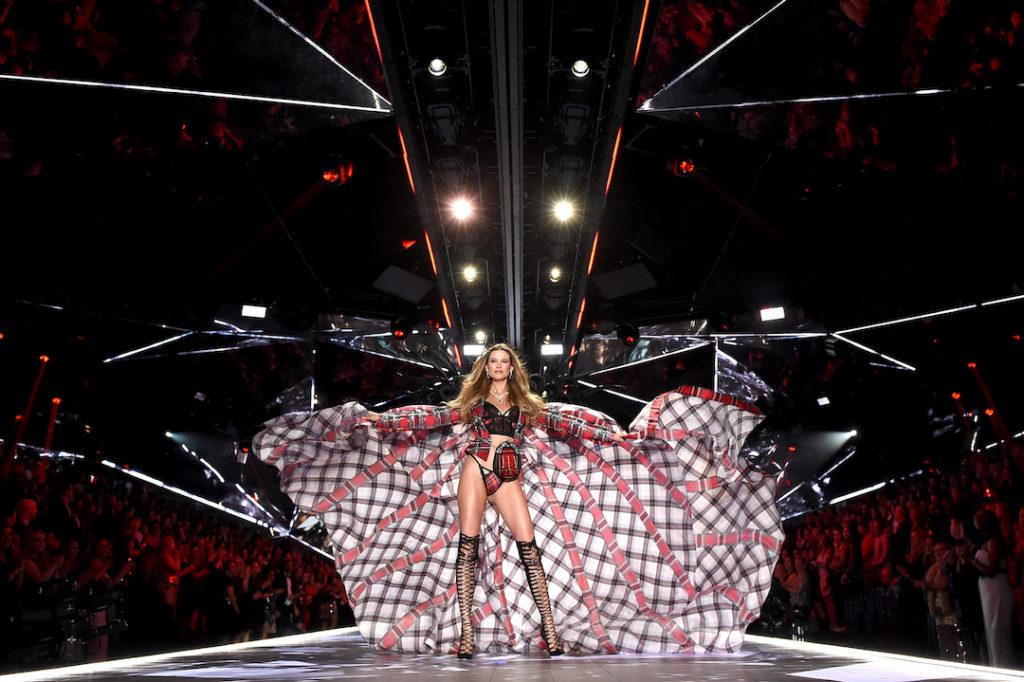 fashion-show-runway-2018-glam-royale-program-victorias-secret-hi-res (1)