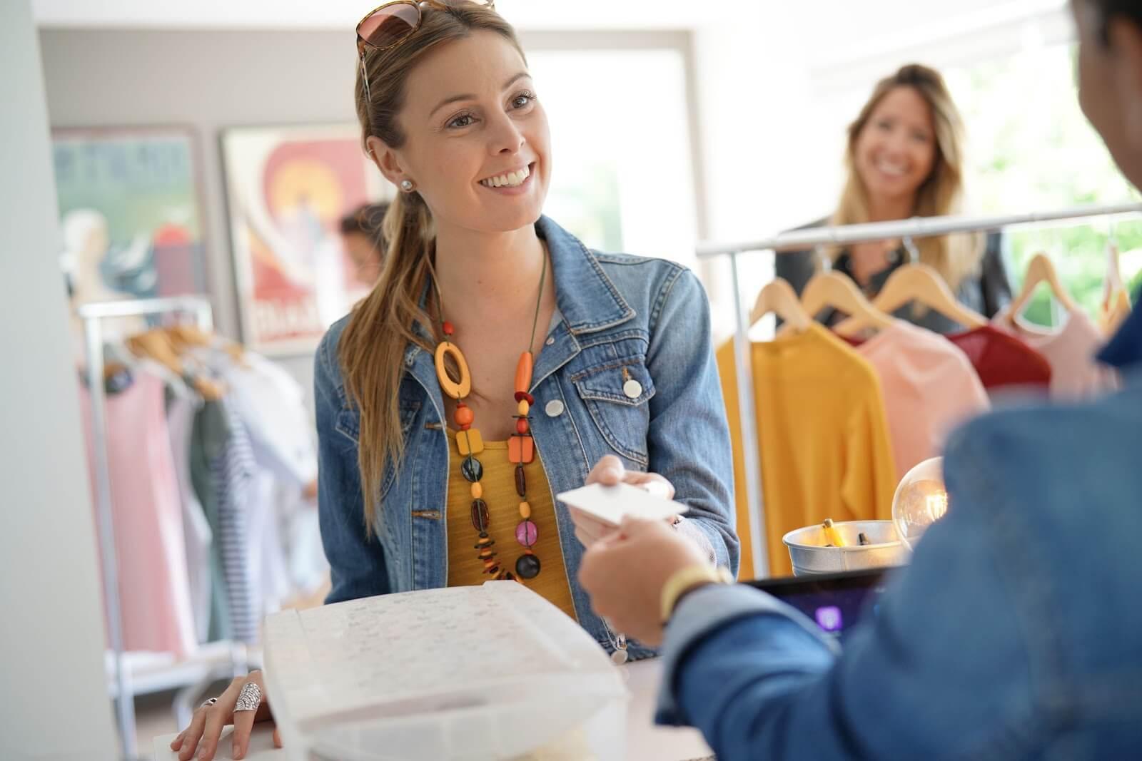 Vendedor atendendo uma mulher no caixa da loja de calçados.