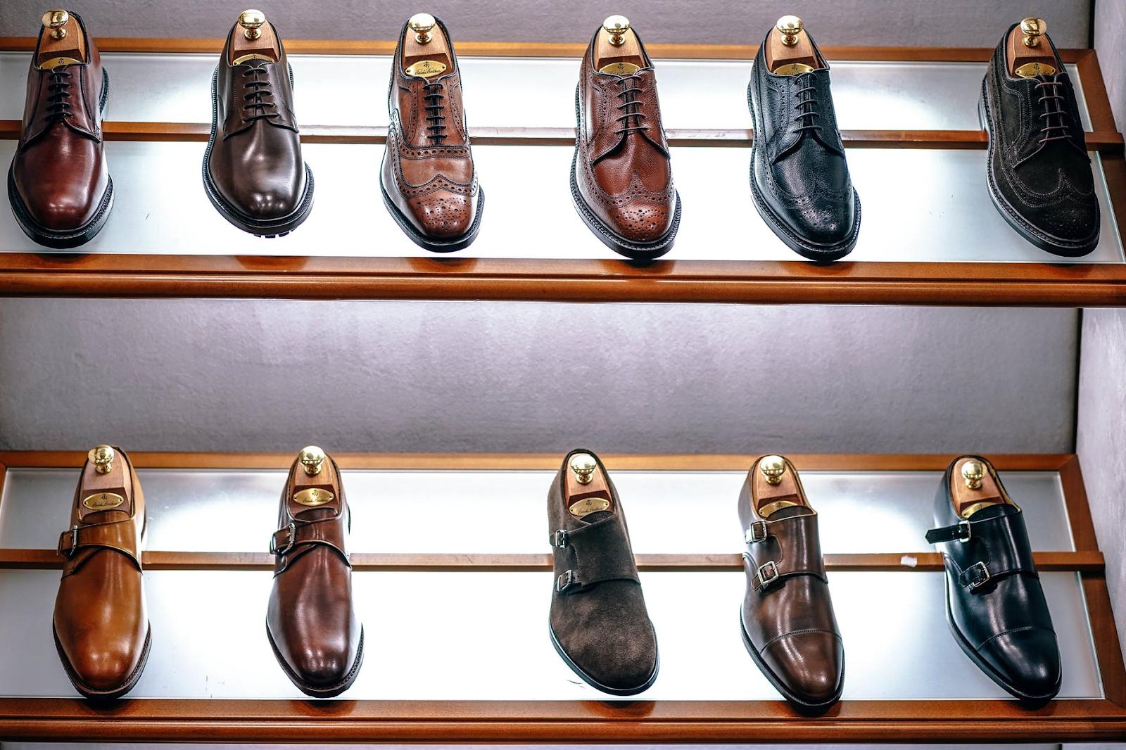 Calçados de couro de qualidade expostos na vitrine.