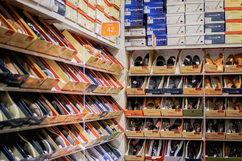 Calçados organizados nas prateleiras para vender mais no Dia dos Pais.