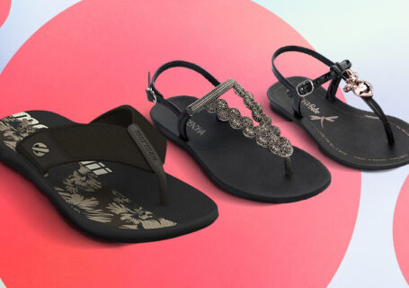 Três modelos de chinelos Grendene na cor preta.
