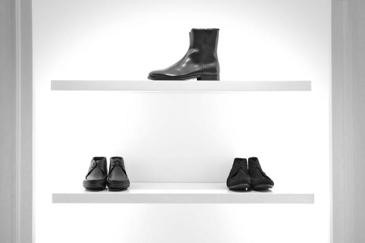 Vitrine de calçados com apenas três pares.
