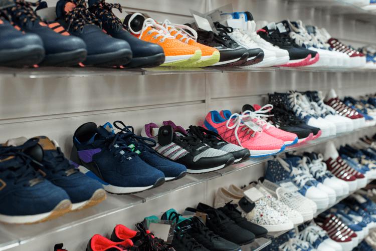 Estante de loja com calçados expostos.