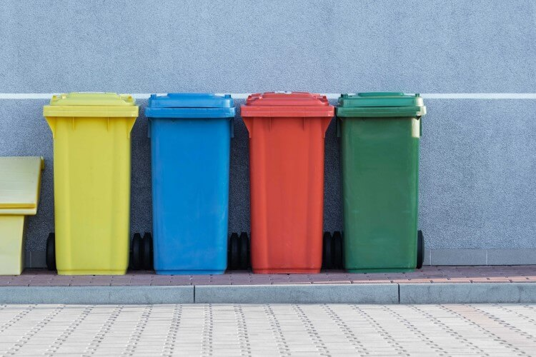 Cestos de lixo reciclável separados por tipo de resíduo.