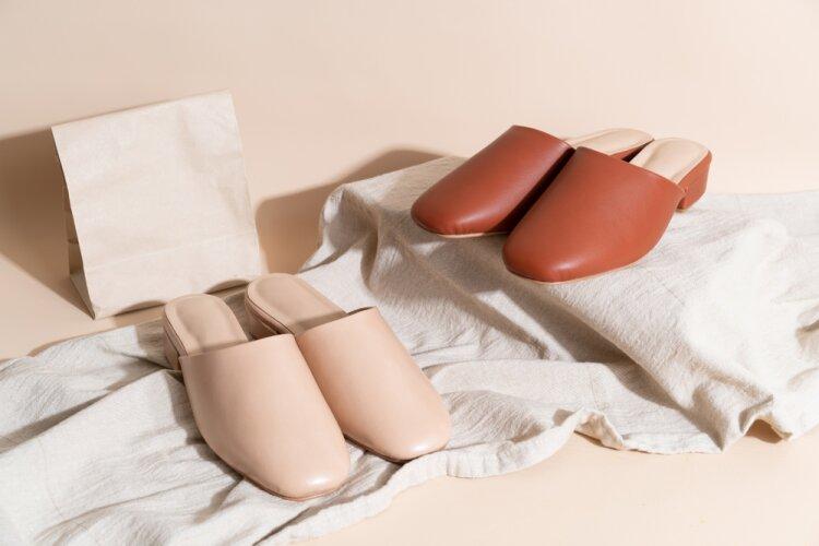 Calçados femininos feitos em couro.
