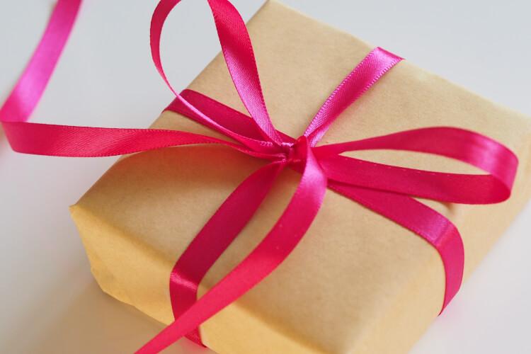 Embalagem para presente com um laço envolvendo o pacote.