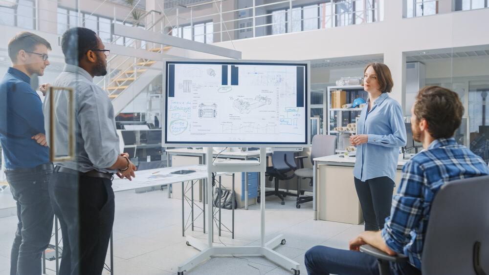 Equipe reunida para definir qual o melhor software de gestão empresarial para pequenas e médias empresas.