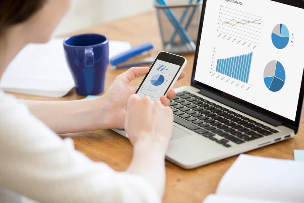 Pessoa analisando dados do software de gestão para pequenas e médias empresas.