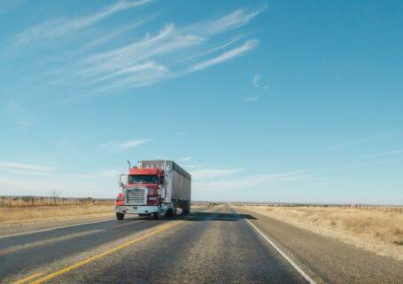 Caminhão no meio da estrada.