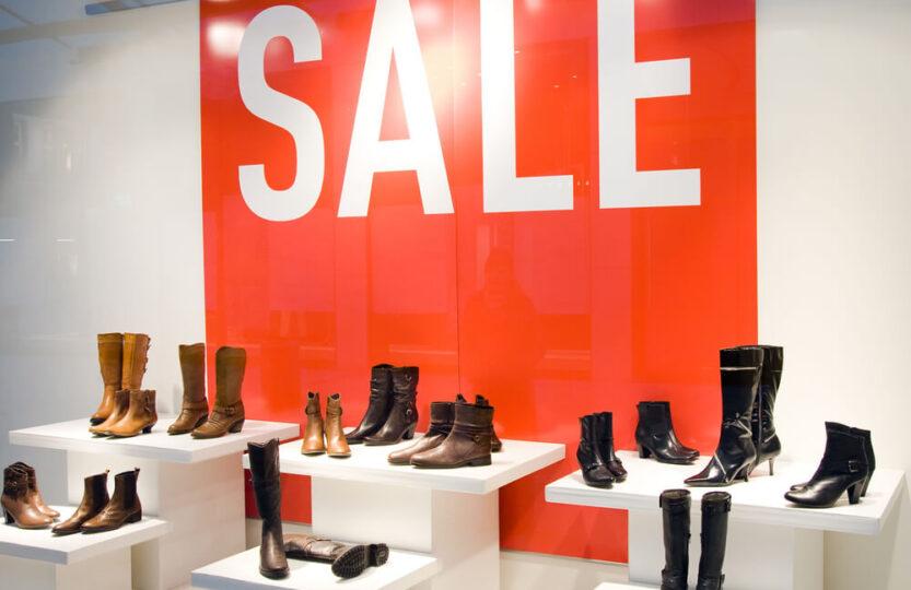 Propaganda de sapatos femininos exibindo uma promoção.