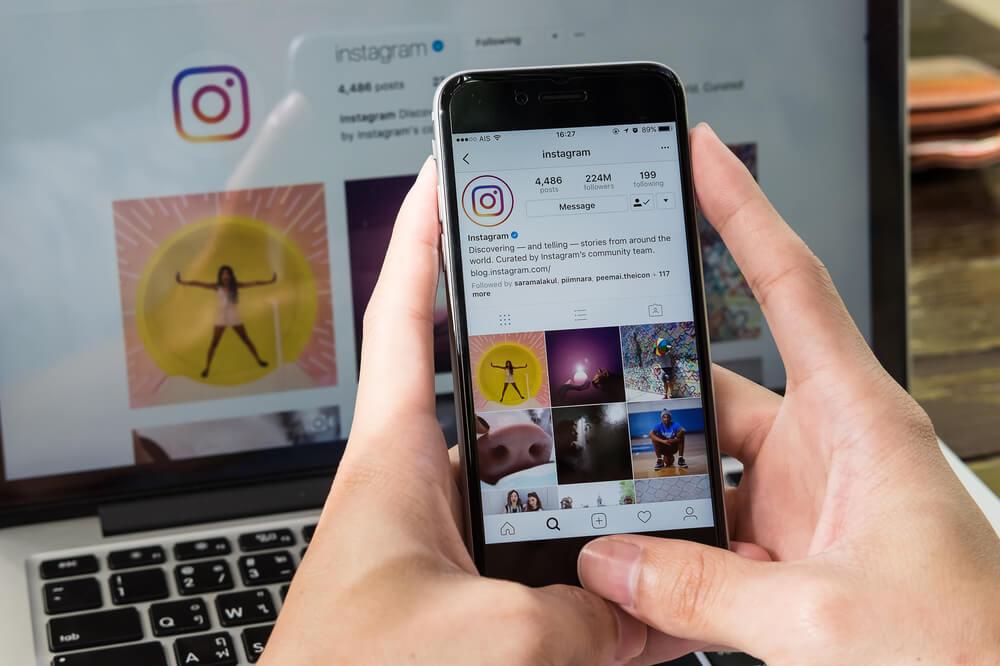 Perfil do Instagram com diferentes imagens no celular.