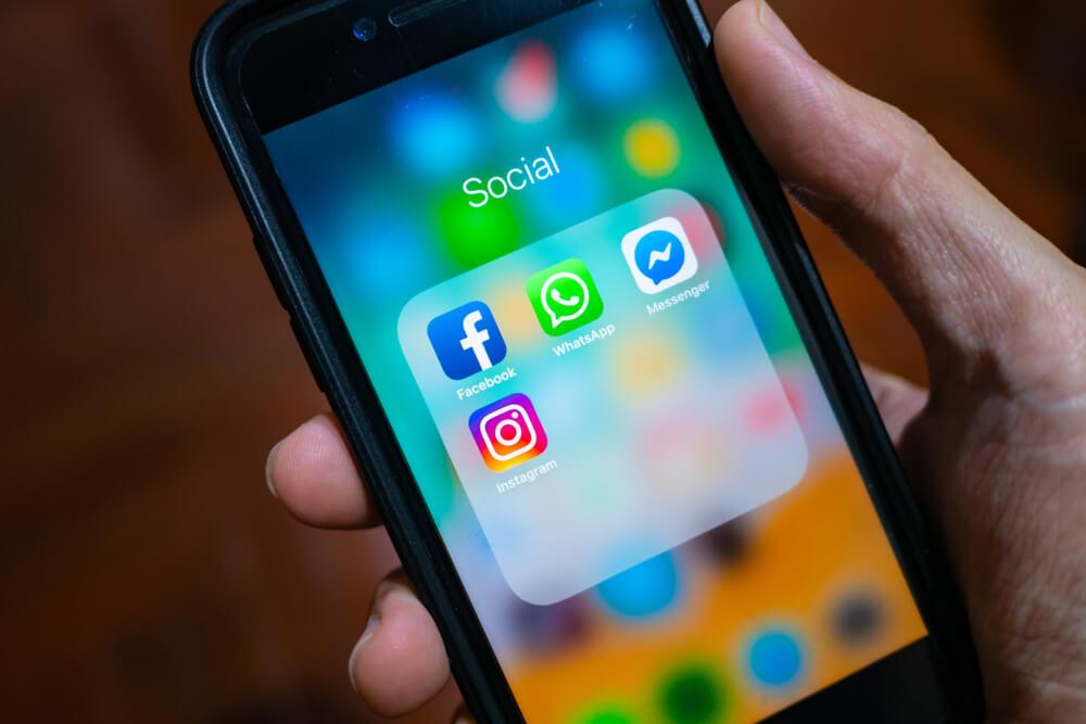 Tela de celular com aplicativos que geram engajamento nas redes sociais, como Facebook e Instagram.
