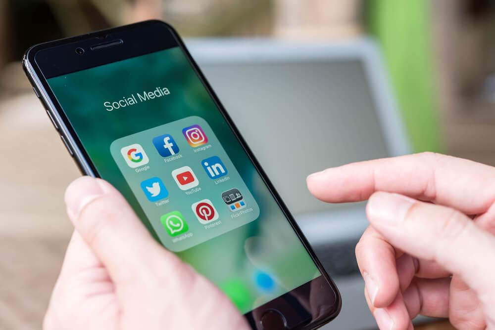 Tela do iPhone com diferentes redes sociais à mostra para vender pela internet.