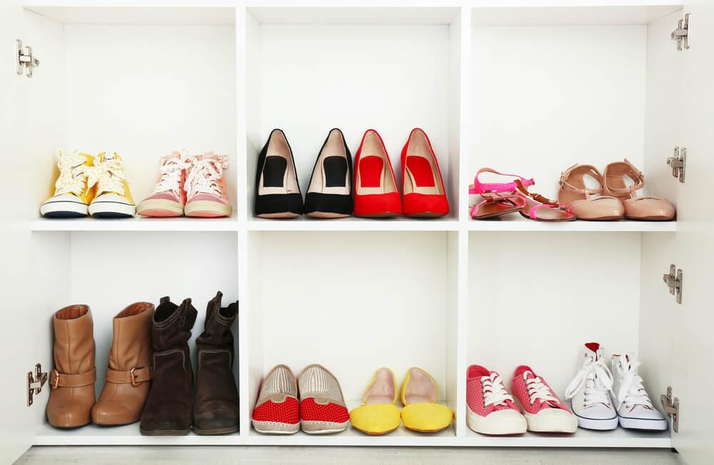 Modelos de calçados colocados lado a lado na prateleira para promover vendas casadas.