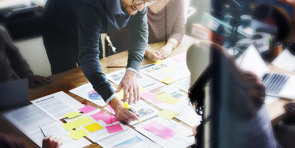 Funcionários organizando o planejamento para ações nas redes sociais para empresas.