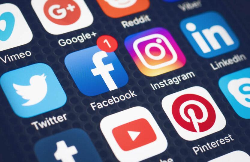 Zoom da tela do celular com várias redes sociais para empresas.