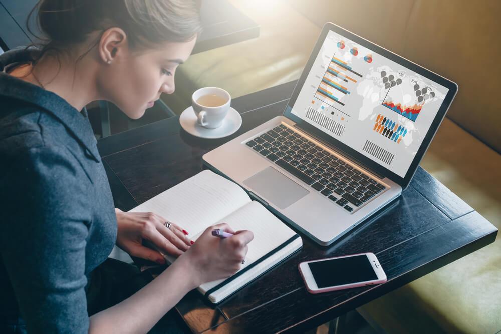 Mulher estudando o cenário futuro da loja para criar plano de carreira para vendedor.