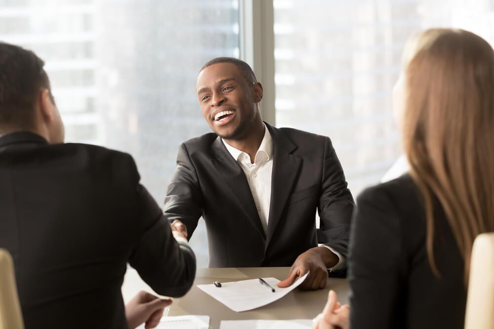 Vendedor realizando uma negociação com os clientes inadimplentes.