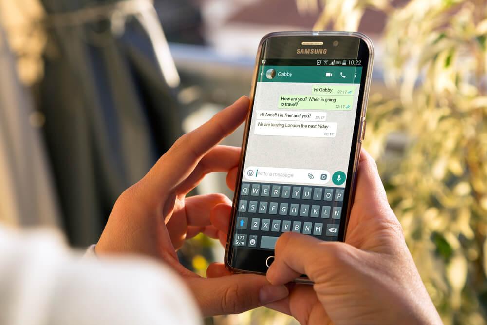 Vendedor realizando a cobrança do cliente via WhatsApp.