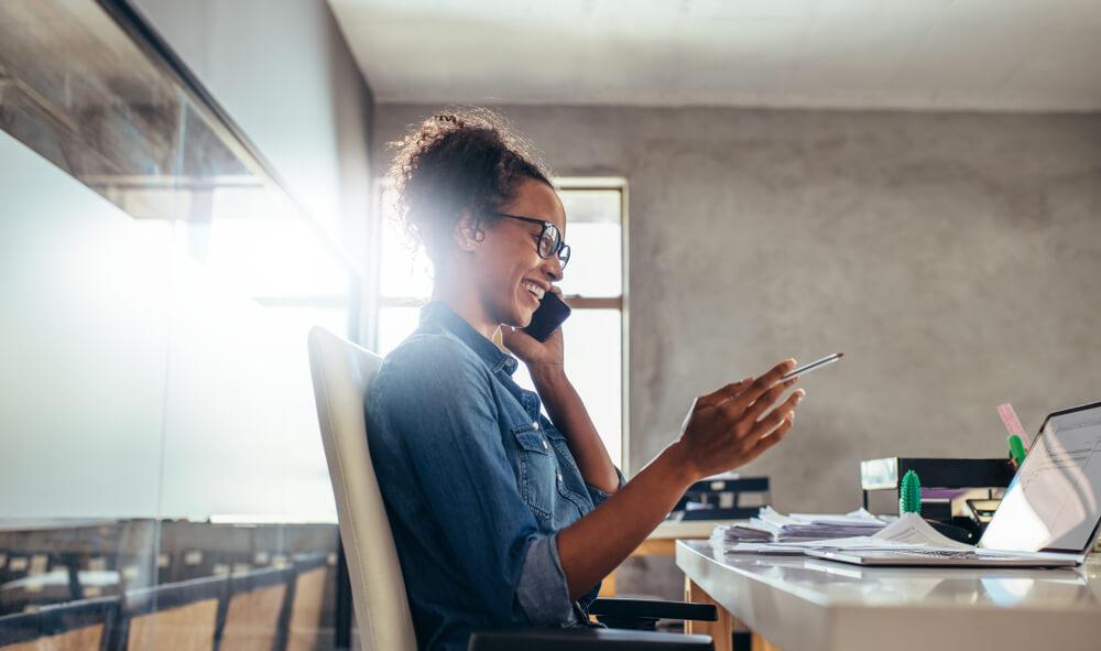 Vendedora ligando para cliente em seu escritório.