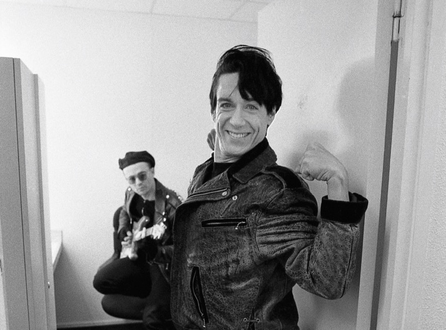Kevin Armstrong with Iggy Pop in 1986 - Photo by Paul McAlpine