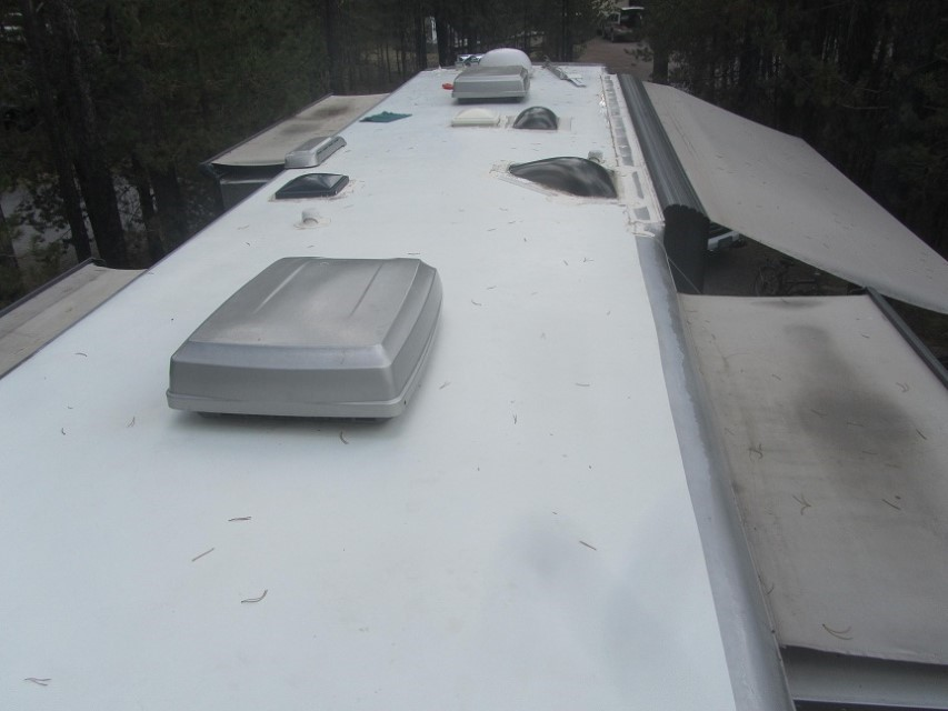 Holly and Athena started cleaning this roof, it had black stuff growing on it and was virtually black. RV wash, roof and mildew cleaner, and even black spot remover were to no avail. Holly got the idea of using magic eraser, and 409. The roof now is as white as it was when new. My ladies are awesome! Sarah took all the roof photos, and did a great job too.
