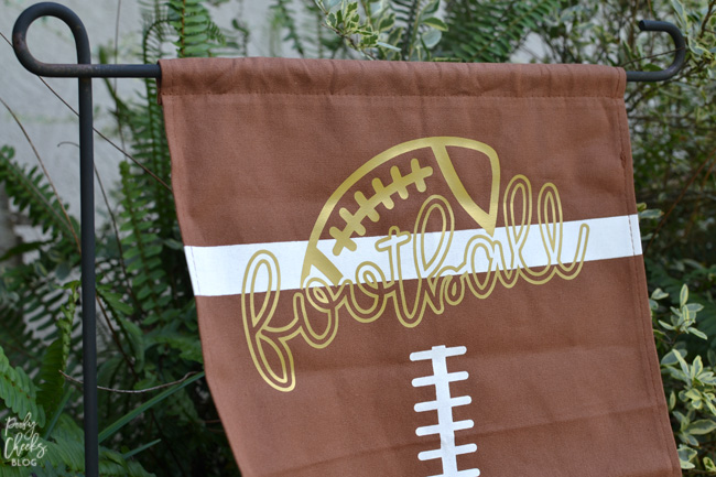 Football Yard Flag with heat transfer vinyl. A Silhouette project - a Cricut project. Grab the cut file, HTV and football flag to make your own.