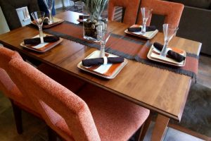 How to set a table with a runner and place mats