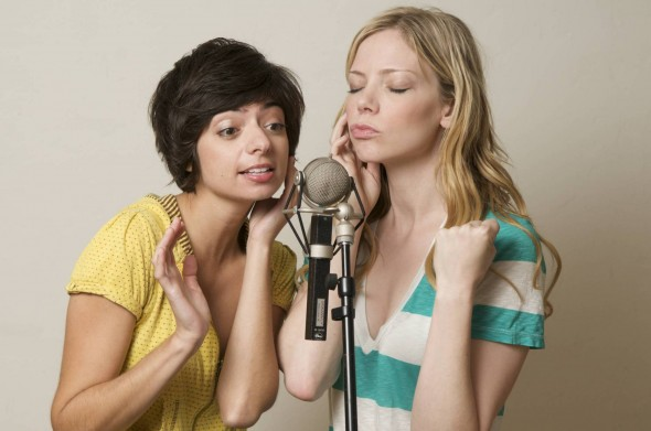 garfunkel and oates singing into mic gtg