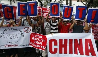 Hình minh hoạ. Các nhà hoạt động Philippines và Việt Nam biểu tình phản đối Trung Quốc ngoài lãnh sự quán TQ ở Manila, Philippines hôm 16/5/2014