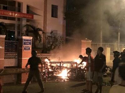 Hình minh hoạ. Người biểu tình phản đối dự luật Đặc khu đốt phá trụ sở ở Bình Thuận hôm 10/6/2018