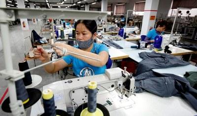 Ảnh minh họa. Công nhân làm việc tại một xưởng may mặc.