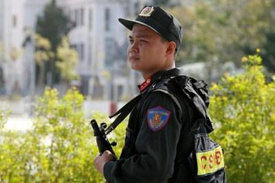 Một cảnh sát chống bạo động đứng bảo vệ tại nơi diễn ra Hội nghị cấp cao APEC ở Đà Nẵng. Hình chụp ngày 9/11/17.