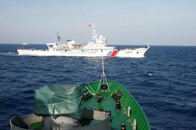 Hình minh hoạ. Tàu hải cảnh Trung Quốc nhìn từ tàu cảnh sát biển của Việt Nam ở Biển Đông hôm 14/5/2014