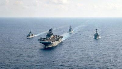Hình minh hoạ. Tàu chiến của Hải quân Hoàng gia Úc và tàu chiến của Hải quân Mỹ ở Biển Đông hôm 18/4/2020
