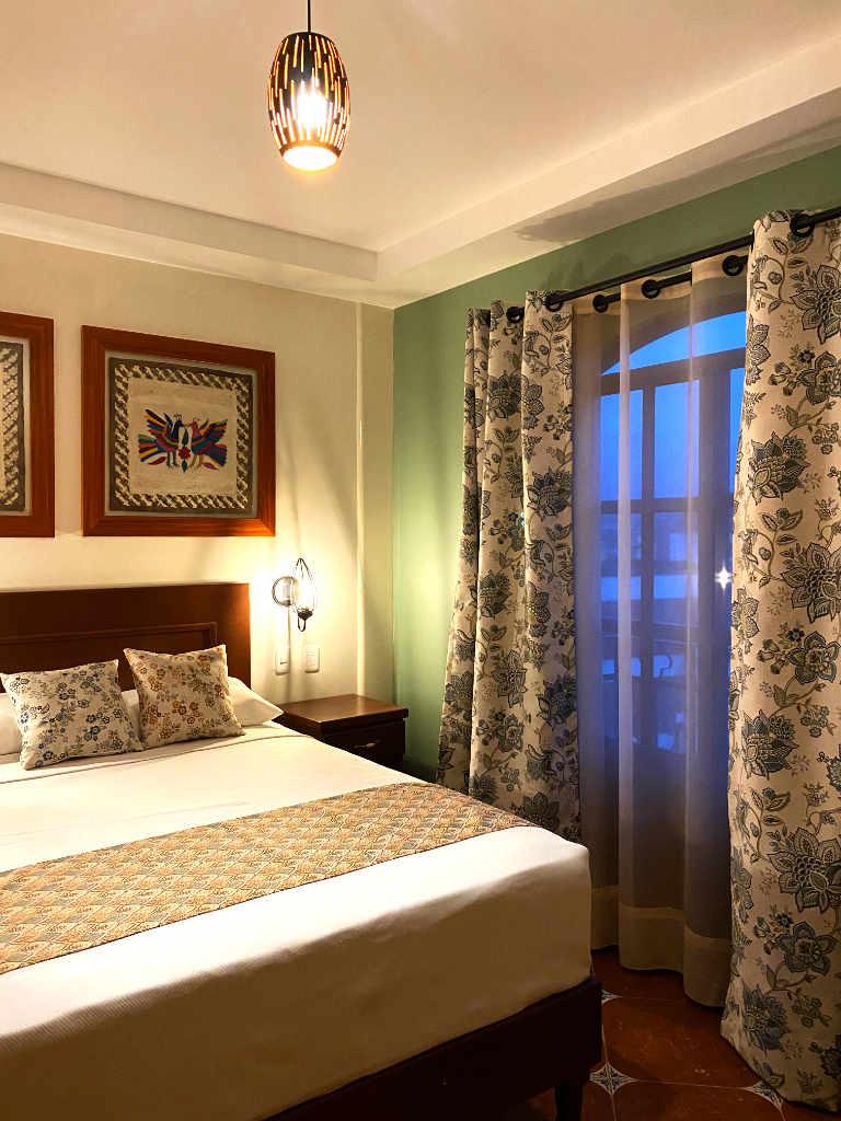 Telas confeccionadas para hacer el coordinado de cortinas modernas hechas a la medida y pie de cama con cojines decorativos