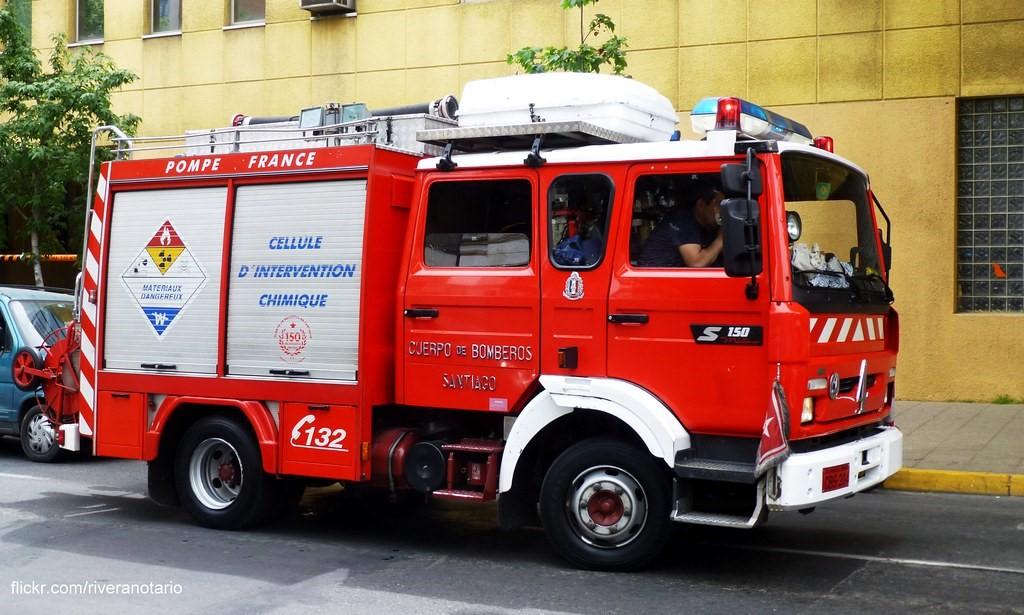 Camión rojo en la calle  Descripción generada automáticamente